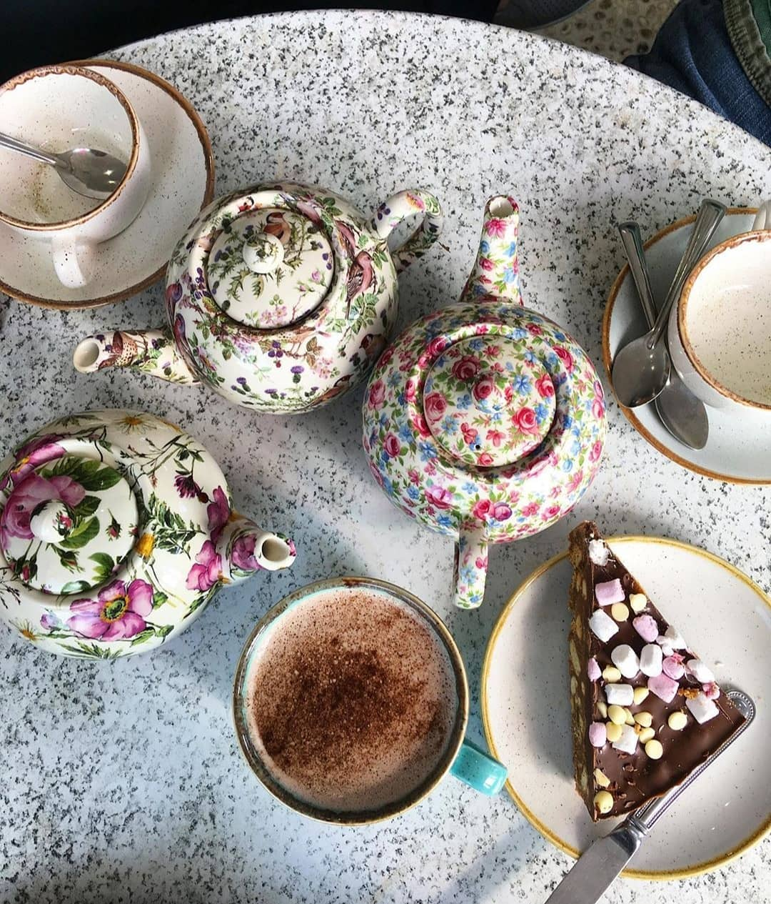 Tea & Cake by the sea! Perfect Sunday pick-me-up ☕ 🍰 📸 Thank you @mugwumpclarke for a beautiful shot  #teaandcake #yum #suffolk #southwoldpier #clockhouse #forkyeah